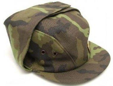 čepice vz.95 nová 60-61     originální čepice používaná vojáky AČR ve vzoru 95    čepice má pevnou stavbu    je vypodšívkovaná avybavena větracími průduchy    vchladném počasí lze sklopit složenou chlopeň